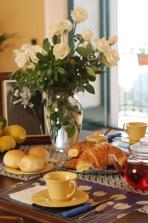 Dettagli colazione e vaso con fiori