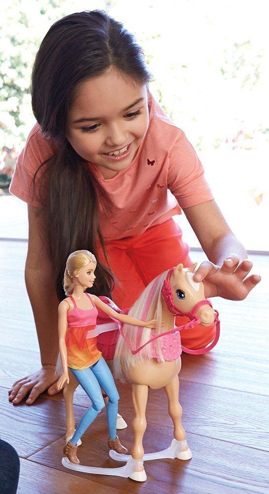 Vydej se vstříc skvělým okamžikům společně s panenkou Barbie a jejím tančícím koněm! Při hře s nimi lze využít tři různé herní režimy. Kůň tančí s panenkou Barbie, která sedí v jeho sedle, nebo tančí společně a panenka Barbie stojí vedle koně, nebo tančí jen samotný kůň!
