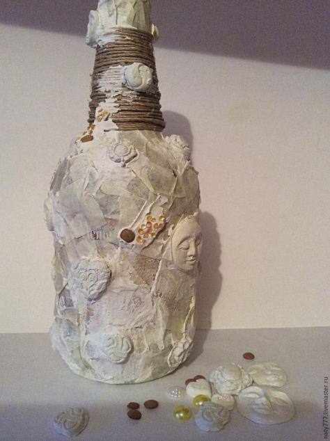 Наши руки не для скуки! Предлагаю превратить обычную бутылку в креативную. Для работы понадобится: бутылка, акриловый клей для потолочных плит (по консистенции он как текстурная паста, только намного дешевле и объем больше), клеевой пистолет, краска акриловая, шпагат, бумажный малярный скотч, кисть, мастихин (можно заменить старой пластиковой картой), золотая паста, металлич.