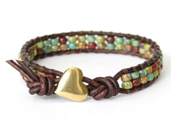 Bracelet en cuir wrap de hipster dans terreux des couleurs d'automne pour la Saint-Valentin, bouton coeur fait main artisan, bijoux cadeaux pour meilleur ami sur Etsy, 19,15€