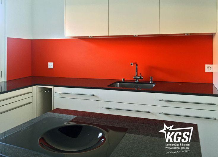 Rote Küchenrückwand aus satiniertem Diamantglas mit einem leichten