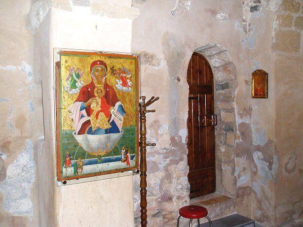 Der Seiteneingang zu Agios Nikolaos auf Kreta, mit Ikone der Gottesmutter mit Christuskind als Lebensquelle.  www.claudoscope.eu