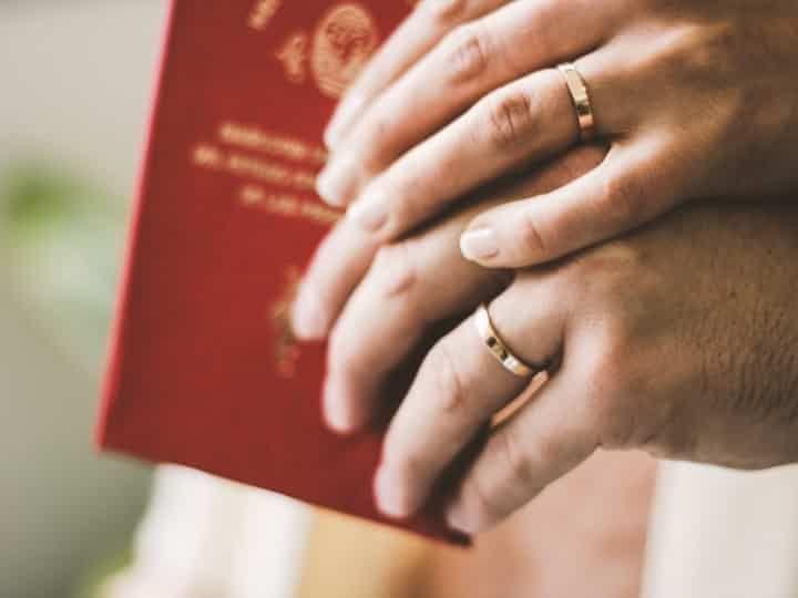 Cada vez más los novios que quieren una ceremonia civil fuera del ámbito de los registros civiles. Para todos ellos, hoy traemos sugerencias para destacar este momento.