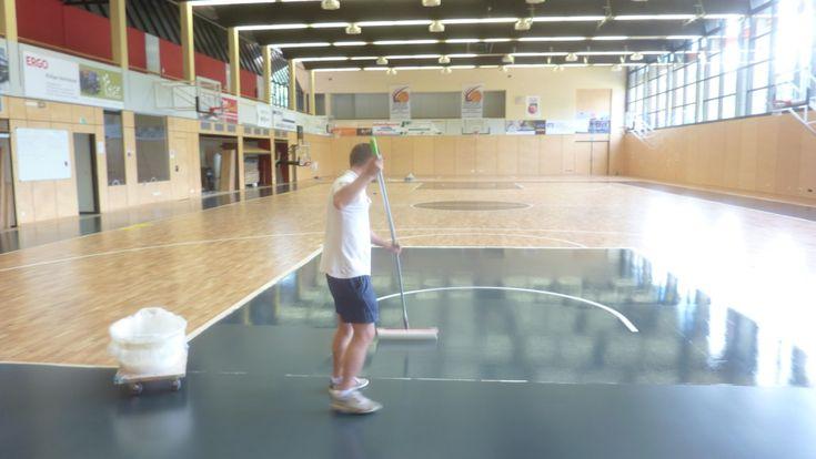 Tecnici Dalla Riva Sportfloors durante le fasi di colorazione delle aree di #basket dell'impianto tedesco