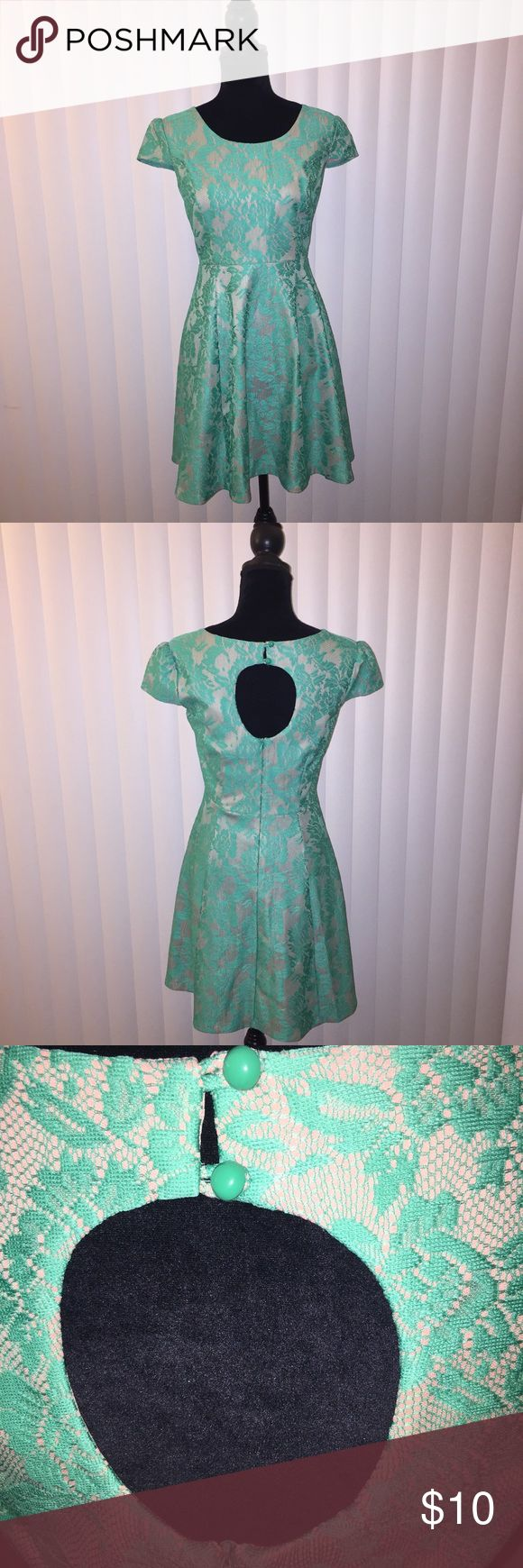 Semi Casual Dress Size 6 This green and beige dress is semi casual and can be worn to work, weddings, graduation or any other special occasion. Dresses