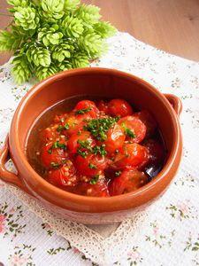常備菜「ミニトマトのアヒージョ(レシピID:127135)」を使って作る簡単パスタ。茹で上がったパスタを混ぜ入れるだけで作れますが、ミニトマトの甘みと旨味がしっかり引き立って絶品の一皿に♪