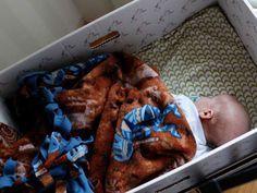 ¿Por qué en Finlandia los bebés duermen en cajas de cartón?