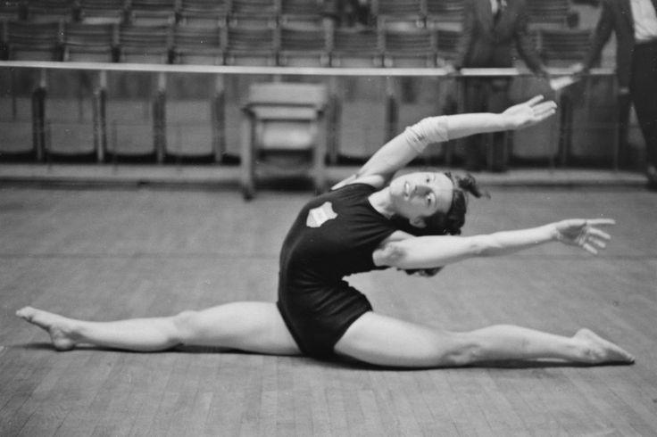 Keleti Ágnes későbbi ötszörös olimpiai bajnok tornász, a nemzet sportolója. (1949)