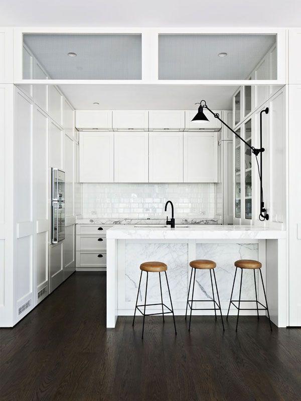【シンプル且つゴージャス】大理石の対面カウンターのあるコンパクトなキッチン | 住宅デザイン