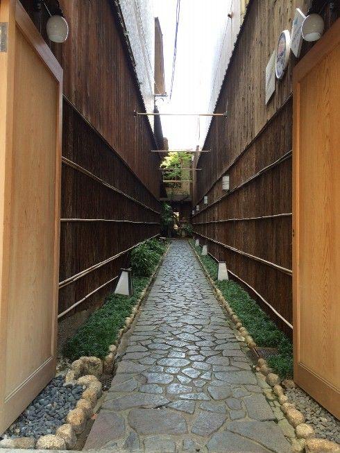 高瀬川の三条付近。京都らしい料亭。