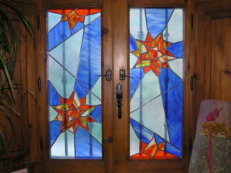 Vidriera artesana de estrellas, en una ventana.