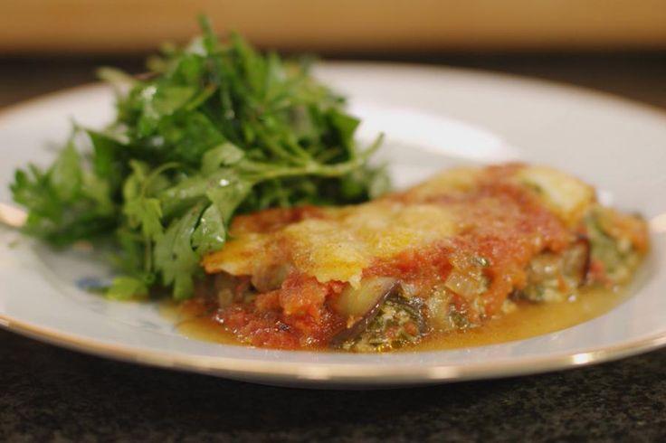 In de Italiaanse keuken worden de cannelloni-buisjes traditioneel gevuld met een zachte smakelijke inhoud. Jeroen vervangt de pasta door aubergineschijfjes en laat de gevulde rolletjes garen in een verse tomatensaus. Het is vegetarisch, maar daar zal zelfs een grote fan van vlees en vis waarschijnlijk geen punt van maken.