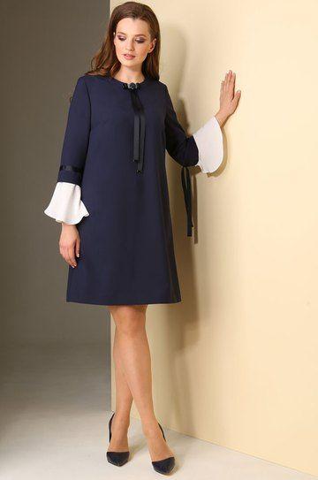 Нарядное платье в деловом стиле со съемными светлыми манжетами . Горловина с отрезной планкой декорирована тесьмой с пришивной пуговицей. Застежка на потайную молнию в среднем шве спинки. По переду с нагрудными вытачками. Спинка со средним швом. В боковых швах расположены карманы. Силуэт: расширенный книзу Вид покроя рукава: втачной,7/8, со съемными манжетами. Платье без подкладки. Длина изделия: 89-94см (соотв. размеру) Длина рукава: 42-43,5 см.