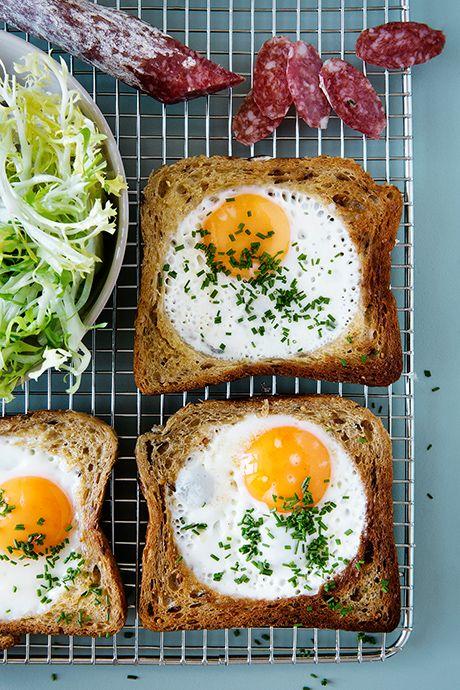Indbagte æg i brød. En anderledes og sjov måde at servere æggene på, enten til morgenmad, frokost i weekenden eller aftensmad.