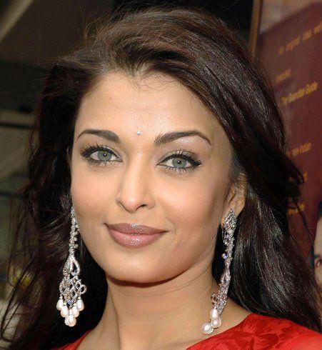Des sourcils fins sur un petit front, comme Aishwarya Rai