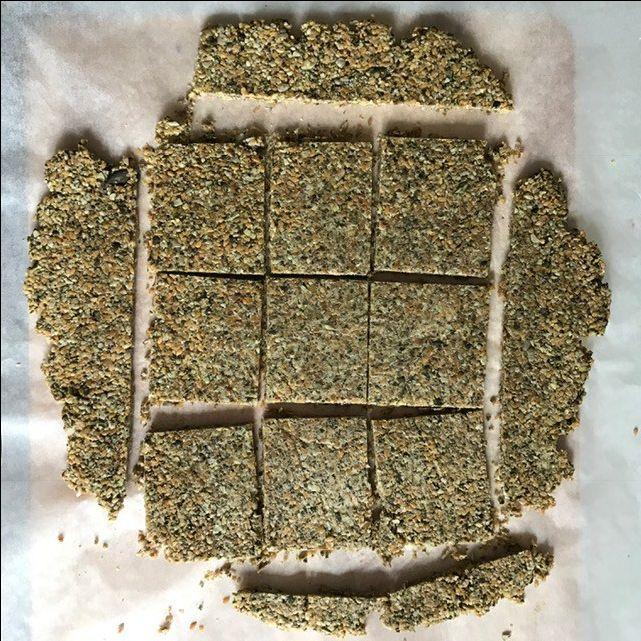 Questi crackers sono senza farina e senza glutine. Ricchi di acidi grassi essenziali e di fibre. Provali al posto del pane, te ne innamorerai!