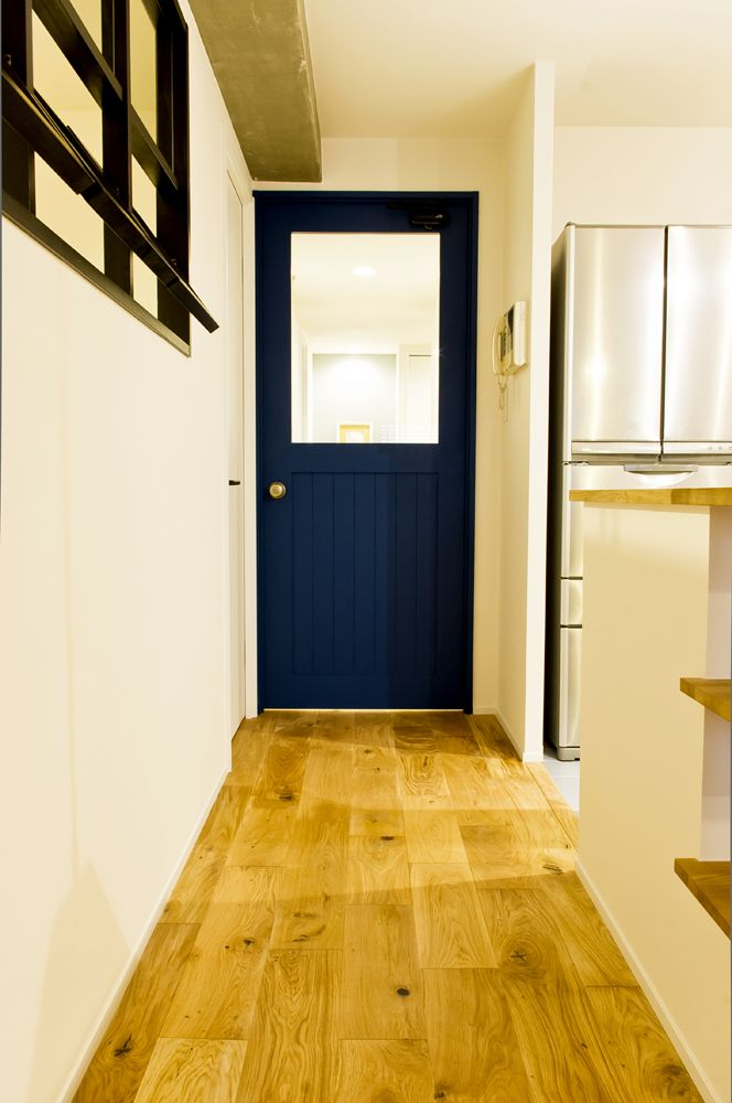 紺色の塗装をした造作建具。ナチュラルな雰囲気に合います。