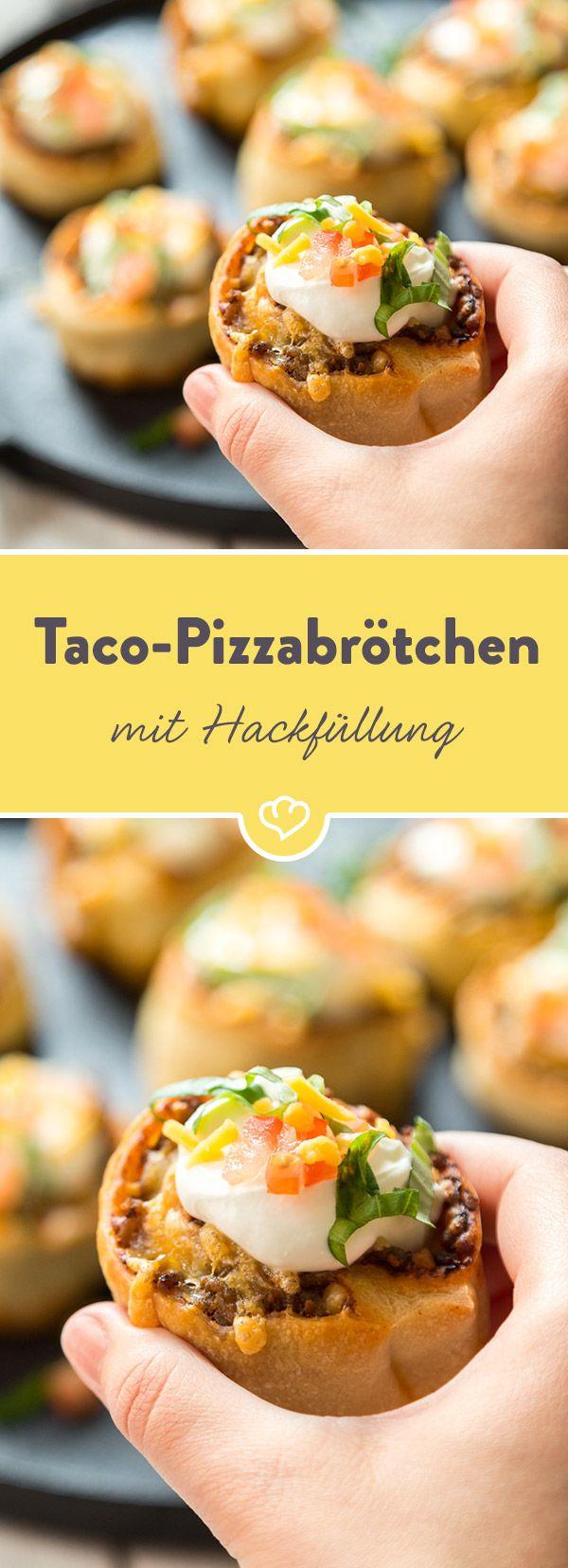 Fusion von Taco und Pizza: Heiße Brötchen aus Hefeteig werden wie ein Taco mit würzigem Hackfeisch und Käse gefüllt und mit Sour Cream getopped.