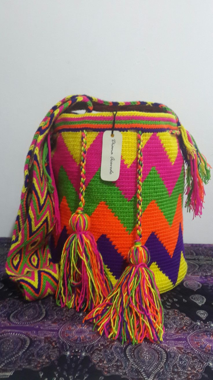 Mochila tejida en hilo guajiro.  Gasa Wayuu.  Medidas:  24 * 28 cms.