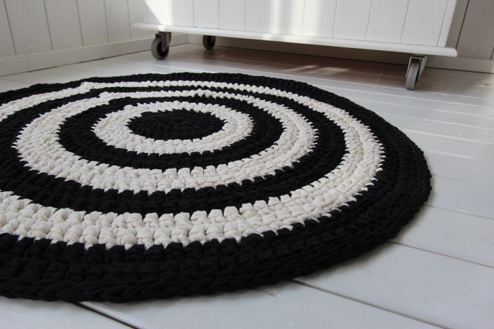 Musta/luonnonvalkoien matto halk. 80cm