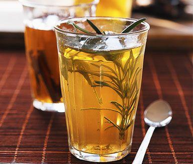 Grönt te är både nyttigt och välsmakande. I detta recept har du i kvistar av rosmarin och några salviablad för att ytterligare förhöja smaken. Låt dra en stund och sedan njut.