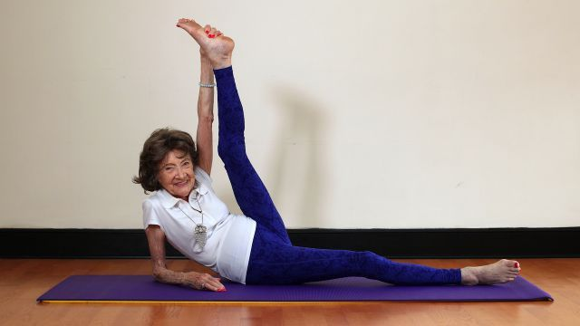 Ha 96 anni l'insegnante di yoga più anziana del mondo! - Ed è fantastica! Is 96 years old the oldest yoga teacher in the world! - And she's amazing!