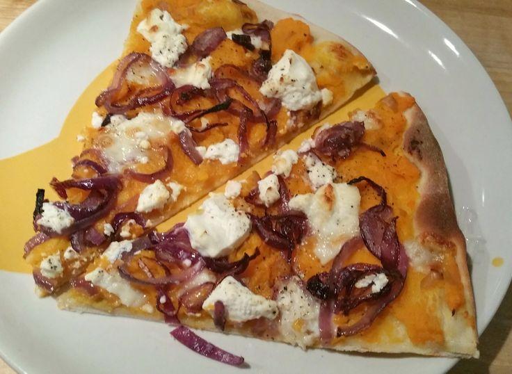 Dit is een werkelijk verrukkelijke pizza – vanaf nu één van m'n favorieten! De combinatie van geroosterde pompoen-puree met daarop gebakken rode ui en ricotta, gekruid met chilivlokken …