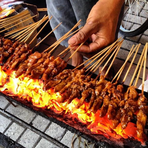 Sate ayam madura depan kompleks cemara asri. Abang madura istri sumatera. Rasa sate ttp madura. Nyam nyam enak santai. Lontongnya jg sedap. Sate madura itu unik di sausnya tidak terlalu manis namun gurih. #kulinermedan #kuliner #medan #food #indonesia #instafood #acmi #akucintamasakanindonesia