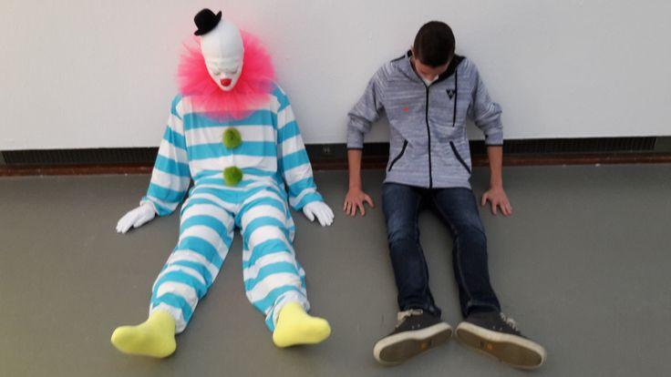 Dit is één van de clowns die gemaakt is door de Zwitserse kunstenaar Ugo Rondinone. Wat opvalt is dat de meeste clowns een nogal trieste gezichtsuitdrukking hebben. Rondinone: 'Ze zijn in zichzelf gekeerd, dat klopt. Wie mediteert, lacht niet.' Dat is de rede waarom hij de clowns zo gemaakt heeft!