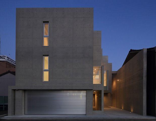 設計者:川嶌 守さん 「デザイナーズ」と呼ばれる家やマンションの多くは、コンクリート打ちっぱなしであるかもしれません。 木造の家と違い、大空間が作れるというポイントがそのメリットとして挙げられるコンクリート打ちっぱなし住宅。 また、「防音」の面でも、その性能は木造の比ではありません。 二階で子供が走り回っても外部では全く気付かないほど、防音性に長けています。 更には、木造では実現できない「耐火性」も特徴です。 「デザイン性」だけでなく、この「大空間」「防音」「耐火性」の面から、このコンクリート打ちっぱなし住宅を希望される方も多いのではないのでしょうか。 ですが、メリットにはデメリットも付いてきます。 この「コンクリート打ちっぱなし住宅のデメリット」とはどういったものがあるのでしょうか。 メリット・デメリットをピックアップしてみます。 1.コンクリート打ちっ放し住宅のメリット 1-1.デザイン性 木造や鉄骨の家と異なり、形状を自由に造れるのがコンクリートの家です。…