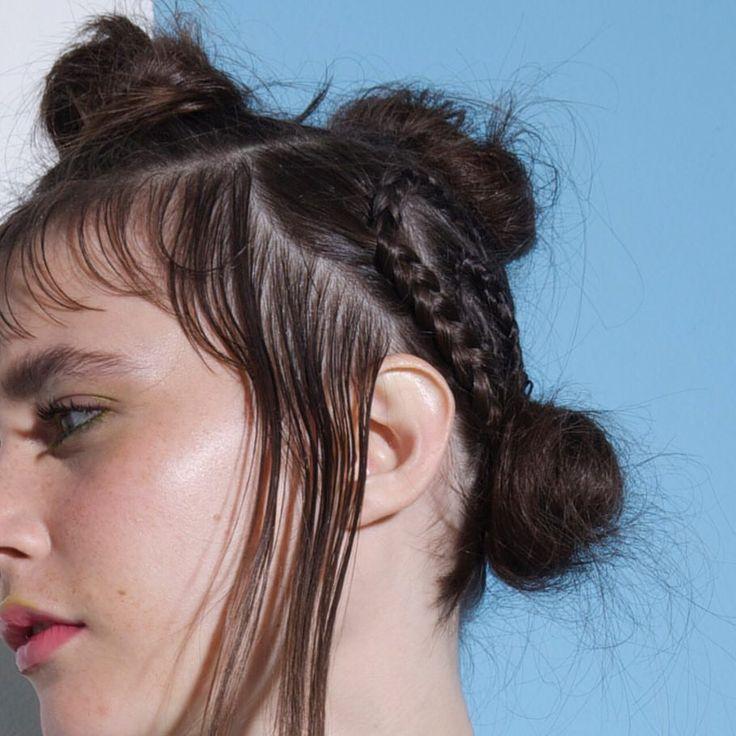 Detalhe do cabelo feito para o shooting/fotos da campanha da marca Mary Very. Moicano. Moicano com coques. Cabelo conceitual.  9 curtidas, 0 comentários - BE DIFFERENT | VERY DIFFERENT (@maryveryofficial) no Instagram
