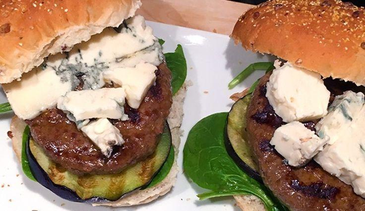 Broodjes hamburger met gorgonzola, gegrilde aubergine en spinazie
