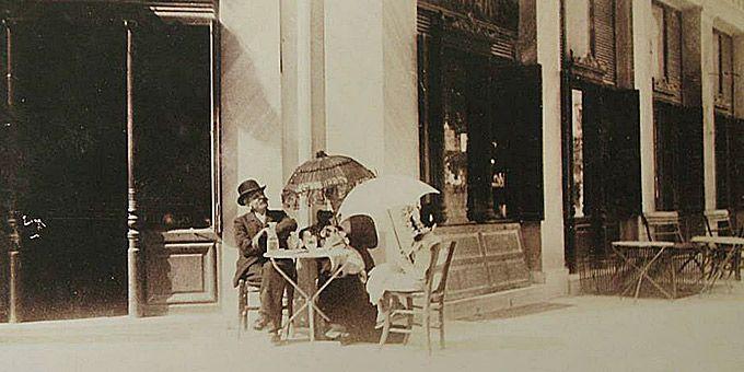 Κυριακάτικο πρωινό στο Ζαχαροπλαστείο Γιαννάκη, γύρω στα 1900. © Νεοελληνική Ιστορική Συλλογή Κωνσταντίνου Τρίπου - Φωτογραφικό Αρχείο Μουσείου Μπενάκη