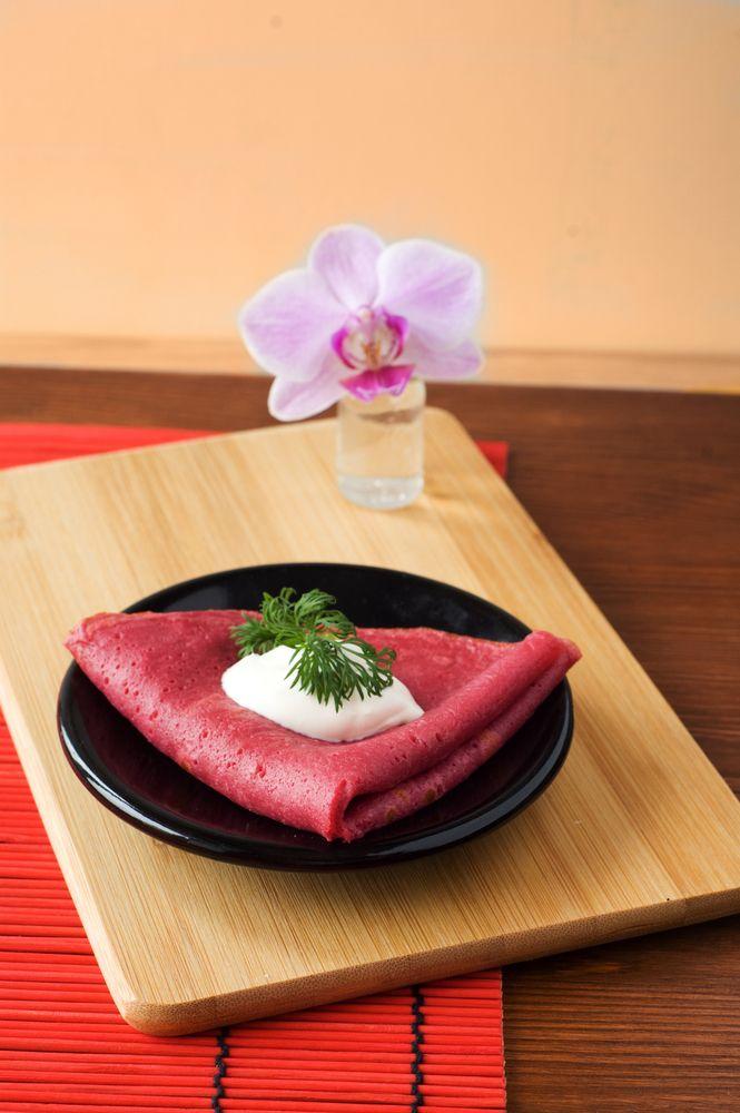 Aprenda a fazer uma receita de panqueca fácil e colorida, com ingredientes saudáveis, como a beterraba.
