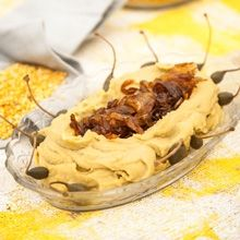 Η ουδέτερη φάβα αναζητά πάντα ένα σύντροφο πιο έντονο σε γευστικά χαρακτηριστικά, όπως είναι το κρεμμύδι, η κάπαρη, το κρίταμο, τα καραμελωμένα ντοματίνια. Σε αυτή τη συνταγή τη συνδύασα με γλυκοφάγωτο καραμελωμένο κρεμμύδι