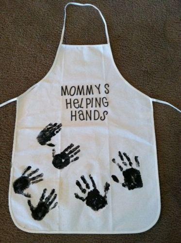 """#DIY kookschort voor #Moederdag. """"Mama's helpen de handjes"""". Leuk in zwart/wit of juist mama's lievelingskleur! (En misschien mag Papa er ook wel bij). Let op: gebruik textielverf voor langer plezier :-)"""