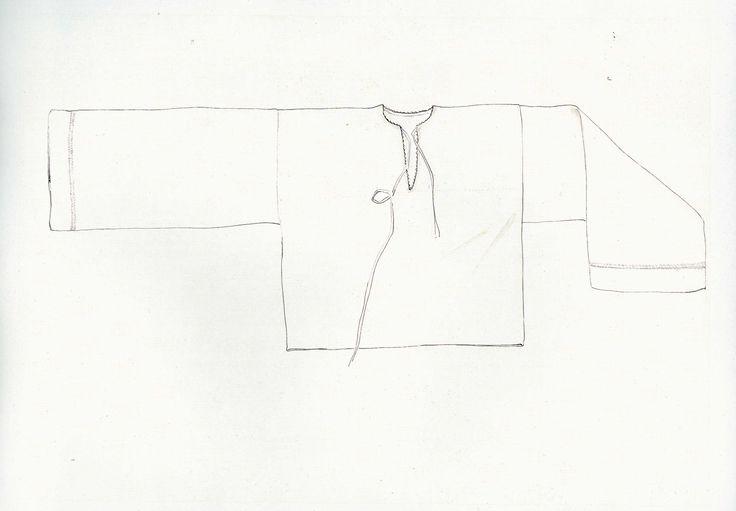 Mužská košeľa, Vernár, prvá štvrtina 20. storočia. Košeľa je ušitá z domáceho balneného plátna. Má rovný strih s rovnými voľnými rukávmi. Krčný výstrih, rozparok lemujú vložené drobné biele zúbky. Siahala do pása. Košele sa šili aj z miešaného, poloľanového plátna. Už pri tkaní plátna na košele sa plátno zdobilo a značkovalo. Do stredu zadného dielu sa červenou priadzou zvykol vytkať rebrík, drabina, stromček, smerčok alebo sekera, topor. Tá časť plátna, ktorá bola určená na rukávy sa…