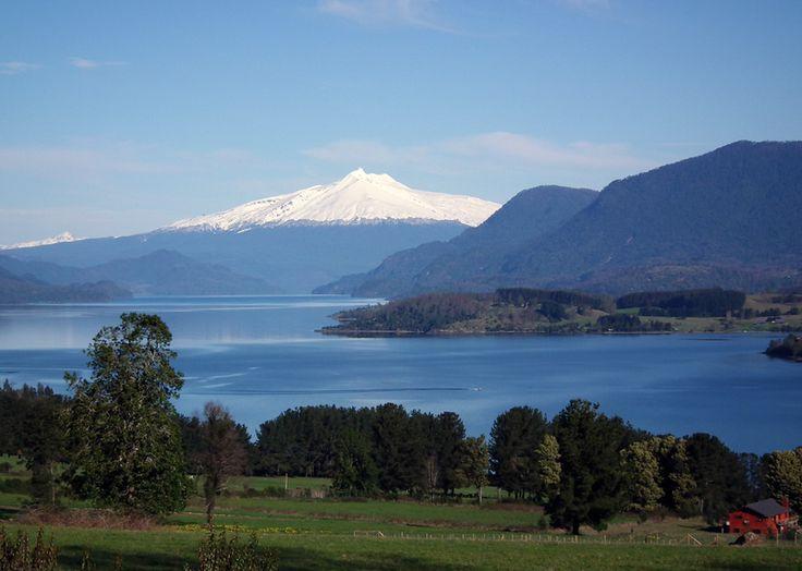 Lago Panguipulli con el volcán al fondo Patricio Escare Burgos