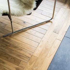 リビングに使ったのは無垢のフローリング材(IOCの無垢オークナチュール・床暖房対応)。 ダイニングとキッチンには「平田タイル」の石のタイル(Toka600)を選びました。