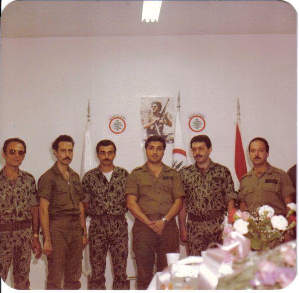 1981 - Bachir Gemayel entouré des responsables militaires des Forces Libanaises chargés de la défense de Zahlé