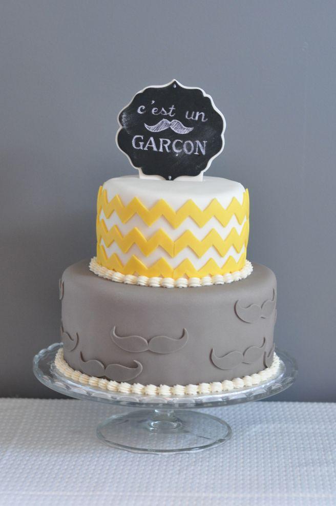 Gâteau c'est un garçon. Chevrons, moustaches, jaune, gris, chalk bord.
