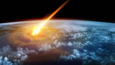 地球上では氷河期が繰り返し訪れ地表の生命に大きな影響を与えてきましたが、その原因は正確にはわかっていません。しかし新たな研究によると、5500万年前に地球に落下した隕石が地球の温暖化をもたらし、さらには哺乳類の繁栄のきっかけとなったというのです。   ラトガース大学のDennis Kent研究員は、ニュージャージー州の海岸にて球状のガラスの破片を発見しています。このガラスは大西洋に落下した10kmほどの隕石の落下時に融解したデブリが大気中に放出され、それが凝固したものだと考えられるのです。   さらに、Kent氏は約5560万年前にはじまったCO2や他の温室効果ガスによる地球温暖化も、この隕石衝突が原因だと考えています。この地球温暖化は、1,000年もたたないうちに6度も気温が上昇するほど急激なものでした。また、急激な地球温暖化は地球環境にもたらされたより軽い炭素の同位体によるものでした。   「この温暖化のスピードは急速なものでした。つまり、そこに何らかの原因があったと考えられるのです」と、Kent氏は語っています。  …