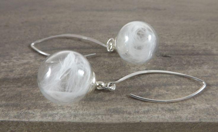 Boucles d'oreilles argent, globe en verre, plume blanche, pendantes, mariage : Boucles d'oreille par long-nathalie