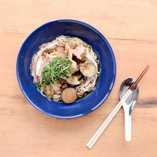 【特集 旬のなすレシピ】第2話:なすと鶏のそうめん  文・写真 スタッフ長谷川料理家・フルタヨウコさんに教わる、旬のなすを使ったレシピ。先週の「なすとベーコンのおかか和え」に続く今回は、「なすと鶏のそうめん」です。夏のなすレシピ02:なすと鶏