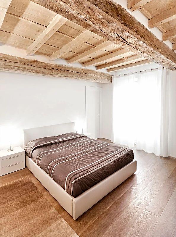 BRANDO concept | camera da letto matrimoniale minimale soffitto legno parquet letto pelle beige bianco moderno bedroom interior design