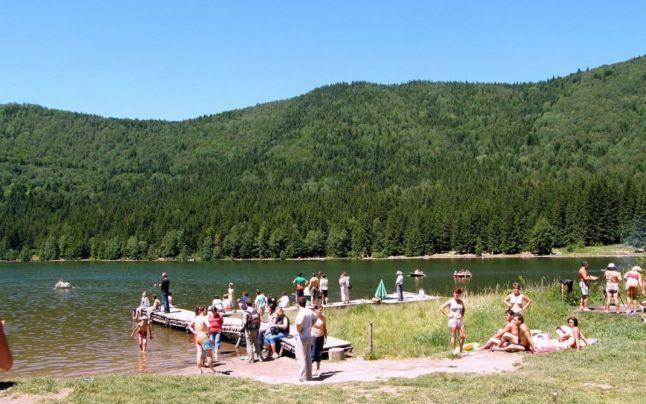 Lacul Sfânta Ana este singurul lac vulcanic din România şi se găseşte la 17 kilometri de localitatea Bixad, aflată în apropiere de Băile Tuşnad. Este una dintre cele mai importante atracţii naturale ale Ţinutului Secuiesc, fiind unicul lac din Europa Central-Estică format pe fundul craterului unui vulcan stins. Lacul Sfânta Ana se află la o altitudine de 949-950 de metri.    Citeste mai mult: adev.ro/nstfm7