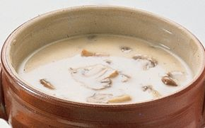 Champignonsuppe En lækker, cremet og varmende champignonsuppe som serveres med flutes eller kuvertbrød.