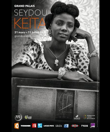 """Du 31 mars au 11 juillet 2016, le photographe malien Seydou Keïta fait l'objet d'une rétrospective au Grand Palais. Cet amoureux de la photographie a immortalisé le """"Tout-Bamako"""" du milieu du XXe siècle qui venait se faire tirer le portrait dans son studio en plein air."""