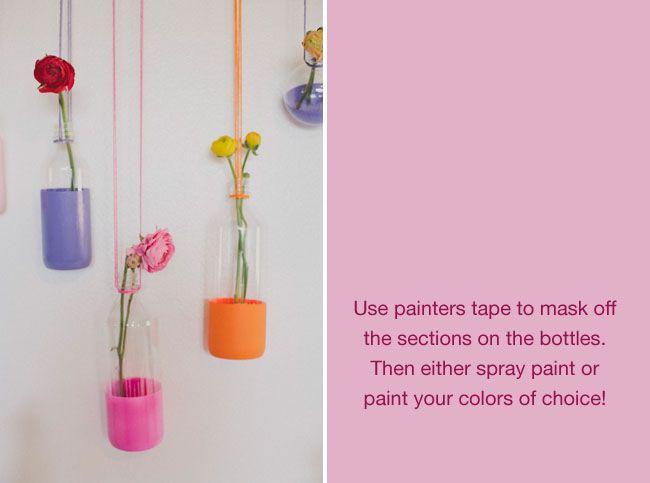 Glazen flessen in verschillende kleuren verf gedipt. Leuk als vaasjes aan de muur, maar ook op tafel!