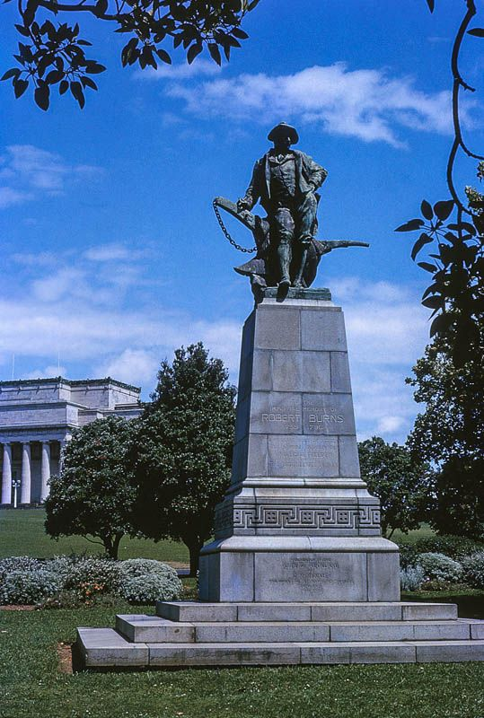 Robert Burns statue with the Auckland War Memorial Museum beyond.
